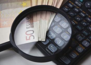 Politik, die rechnen kann - Lupe, Taschenrechner, Geldscheine